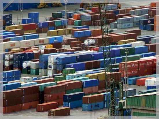 Alignement de containers sur le port de Barcelone